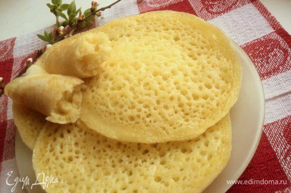Укладываем блины на тарелку и подаем ожидающим с нетерпением домочадцам! Приятного аппетита!