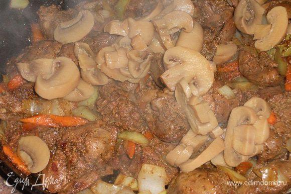 Солим, перчим, добавляем остальные специи, перемешиваем, выжимаем сок апельсина в печень и протушиваем 3 минуты на среднем огне.Добавляем шампиньоны и прожариваем пару минут.