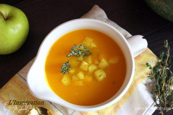 Разливаем суп по тарелкам,добавляя по ст.л. яблок и украшая тимьяном.