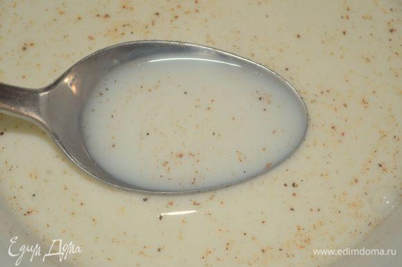 в сливки добавить мускатный орех, соль и перец