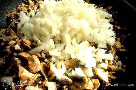 Обжарим всё пару минут,чтобы продукты обменялись соками... Соль, перец по вкусу.