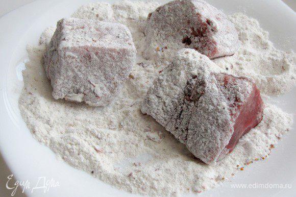 Обвалять мясо в муке и перце с паприкой.