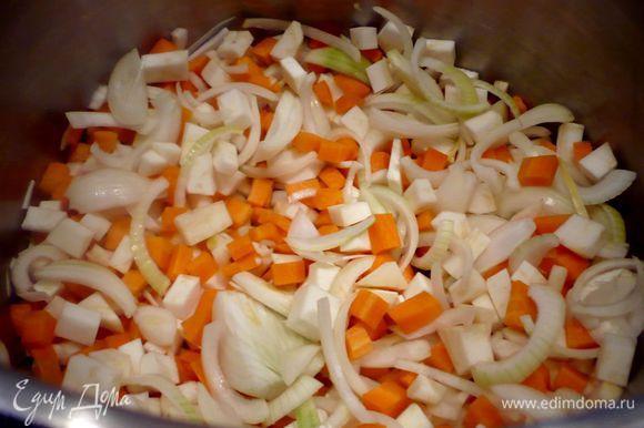Готовим маринад. Лук нарезаем полукольцами, морковь и сельдерей — небольшими кубиками.