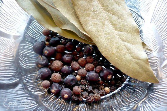 Готовим лавровый лист, можжевеловые ягоды, пимент и горошек черного перца.