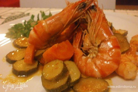 Выложить на тарелку креветки с тушенными овощами, полить бальзамическим соусом. Первое блюдо готово.