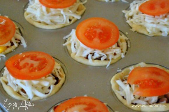 Выложить горкой сыр и сверху положить тонкие кружочки помидоров