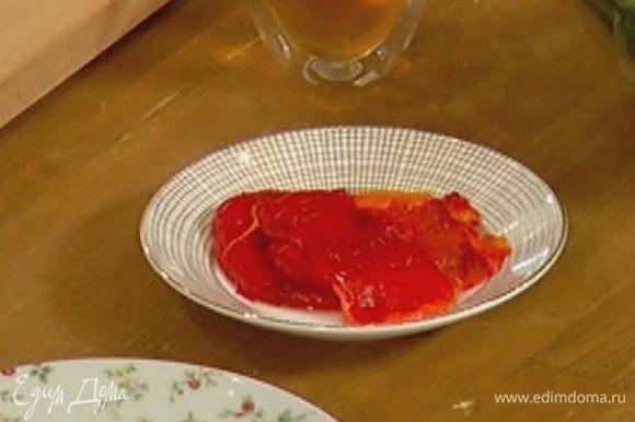 Сладкий перец запечь в духовке, затем очистить от кожицы и удалить семена.