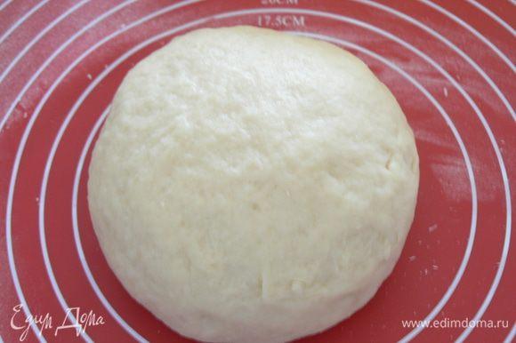 Тесто должно быть гладким, мягким слегка, липковатым. Заверните тарелку с тестом пищевой пленкой и отправьте в холодильник на полчаса.