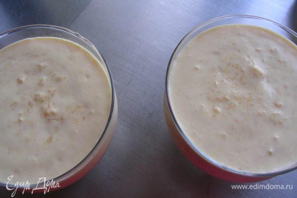 Выкладываем мусс в креманки и ставим в холодильник на 5-6 часов. Если Вы его переливаете в форму, из которой потом будете мусс переворачивать на тарелку, то тогда форму нужно смочить холодной водой. А при подаче провести ножом по краям формы, а ее дно можно опустить в теплую воду.