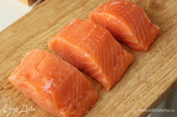 Подготовить рыбу. Очистить от кожи и удалить косточки, нарезать крупными кусками.