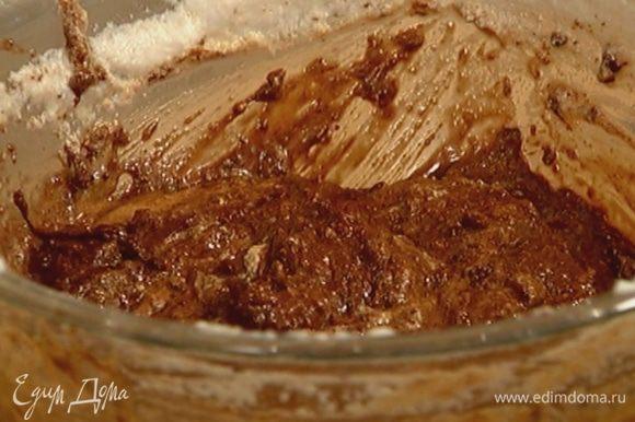 Порциями ввести в тесто взбитые белки, каждый раз перемешивая.