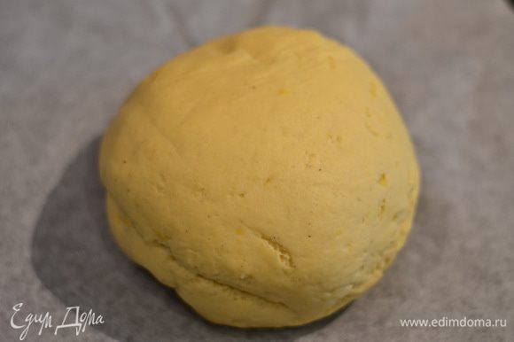 Отправить тесто в теплое место на минут 20, затем снова вымесить и снова оставить на минут 20, накрыв полотенцем.