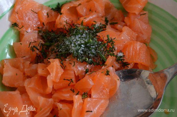 Переложить нарезанную рыбу в глубокую тарелку и добавить к семге мелко нарезанную траву укропа (из-за отсутствия у меня свежего укропа, я использовала замороженный...)