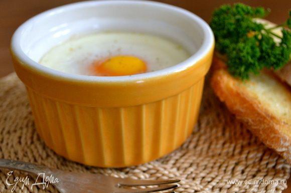 Пока яйца запекаются, хлеб смазать оливковым маслом и обжарить на сковороде гриль, или тоже поджарить немного в духовке, или просто поджарить в тостере... Подавать готовые яйца кокот, украсив по желанию, вместе с хлебными гренками.