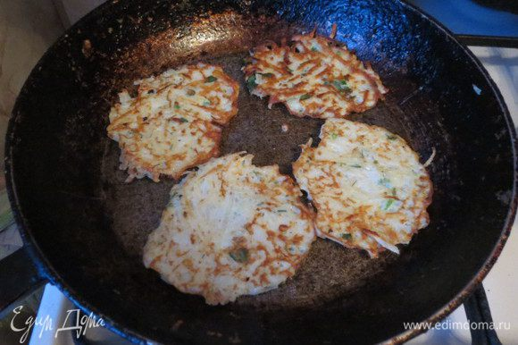 Картофель натереть на тёрке. Мне лично нравится на крупной. Более хрустящие получаются. Добавить яйца, соль, перец. Я люблю ещё нарубить туда репчатого лучку и зелени. Но это факультативно. Пожарить драники.