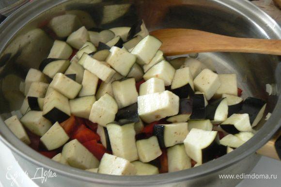 Кладем порезанный перец и баклажан и жарим еще 5 минут.