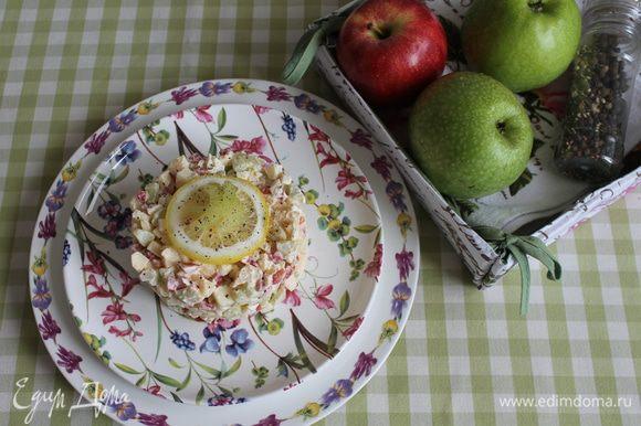 Яйца очищаем, из перца удаляем семена, сельдерей почистить овощным ножом.