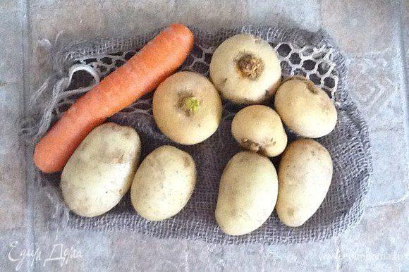 Хоть овощи у нас и выращены любовно в собственном саду, как следует их моем и высушиваем.Затем режем все одинаковыми кубиками.
