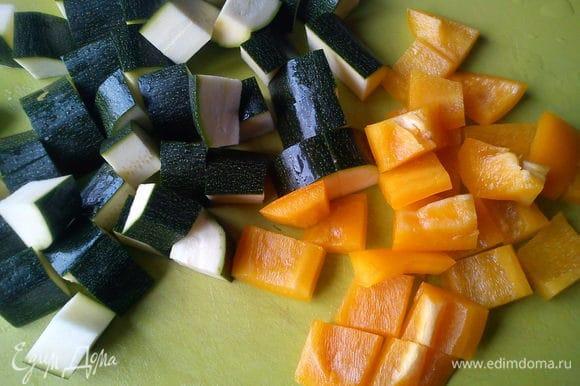 Нарезать цукини вдоль на четыре части, а затем на кусочки толшиной 2 см, а сладкий перец квадратами такого-же размера