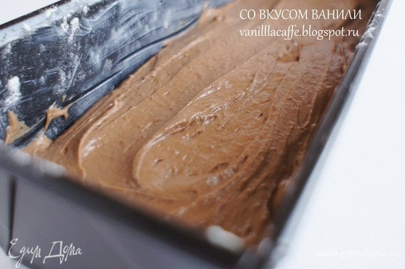 Форму для кекса смазать сливочным маслом и присыпать мукой. Вылить тесто в подготовленную форму. Выпекать от 60 до 80 минут (проверить готовность зубочисткой, если будет сухая – кекс готов).