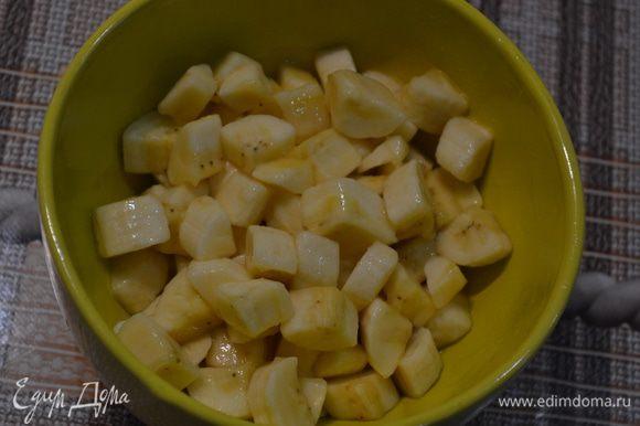Бананы нарезать кубиками. Полить соком лимона и посыпать 1-2 ст.л. сахара. Перемешать.