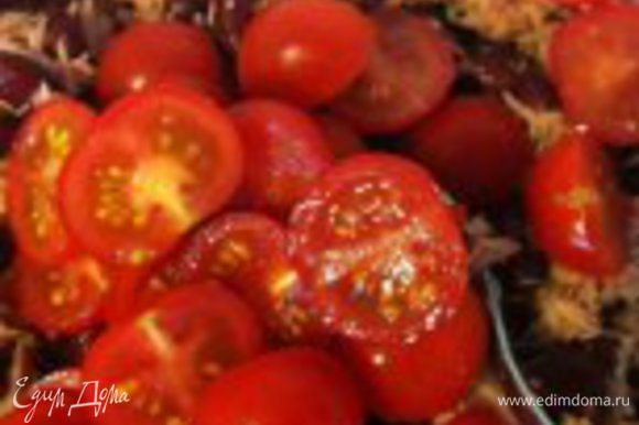 режем помидорки черри на две части, добавляем к фасоли и тунцу...