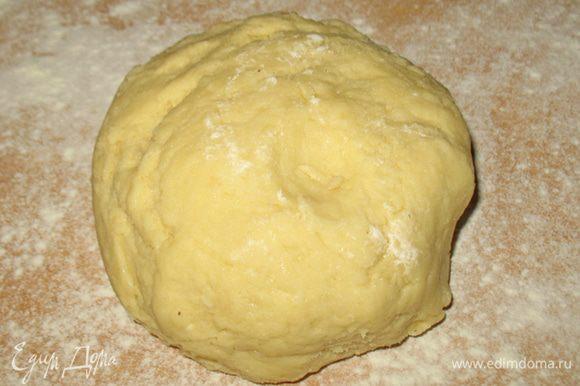 Готовим тесто. Масло порубить перемешивая с мукой (делать быстро чтобы масло не растаяло). Из масляно-мучной смеси сделать горку с углублением и влить ледяную воду. Быстро замесить тесто. Тесто завернуть в пленку и отправить на 30 мин. в холодильник.