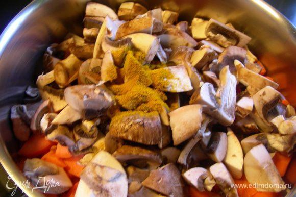 Добавляем все овощи, карри и куркуму. Готовим все помешивая минуты 3. Стараемся, чтобы овощи по максимуму пропитались ароматным маслом.