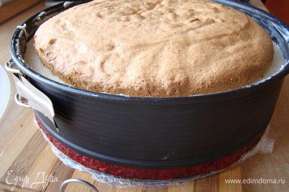 Через 30-40 минут выкладываем слой чизкейка (следует достать его из морозилки минут за 20), заливаем сливочным суфле и опять на 30 минут застывать. Накрываем вторым бисквитным коржом - в холод