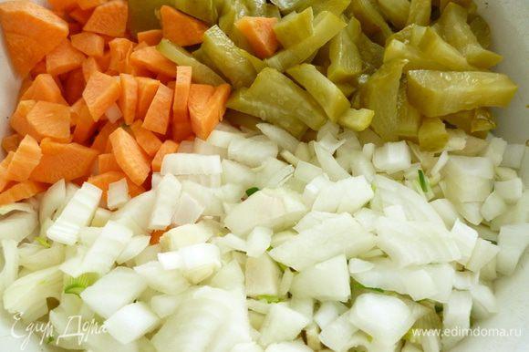 Овощи почистить.Репчатый лук нарезать мелким кубиком,морковь кусочками,соленые огурцы крупной соломкой.