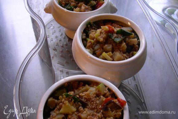 Перекладываем булгур с овощами в посуду, подходящую для пароварки, если готовите в ней, или в керамические горшочки для духовки. Заливаем в cмесь 500 мл воды. Перемешиваем. Накрываем фольгой. В пароварке блюдо готовится минут 25-40 (у меня за 25 было готово, у автора - за 40). А можно горшочки закрыть крышкой или фольгой и поставить в духовку градусов 180. По времени точно не могу сказать, сама не пробовала, но, думаю, те же минут 30-40.