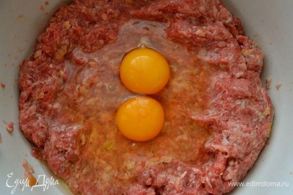 Затем к фаршу добавить яйца...