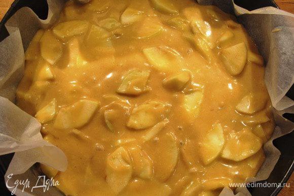 Разъемную форму застелить бумагой для выпечки, влить тесто с яблоками, разровнять. Выпекать в духовке до образования румяной корочки минут 40.