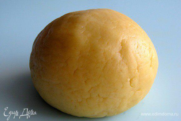 Тесто скатать в шар, завернуть в пищевую пленку и убрать в холодильник на 15 минут.