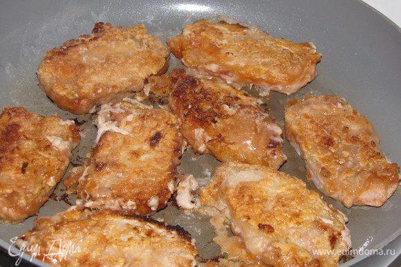 Налейте на сковороду еще одну ст. л. растительного масла. Разогрейте его и жарьте отбивные на сильном огне, пока не подрумянятся, по 3 минуты с каждой стороны.