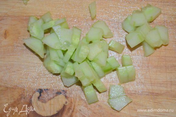 нарезать на очень маленькие кубики, при этом семечки и центр убрать.