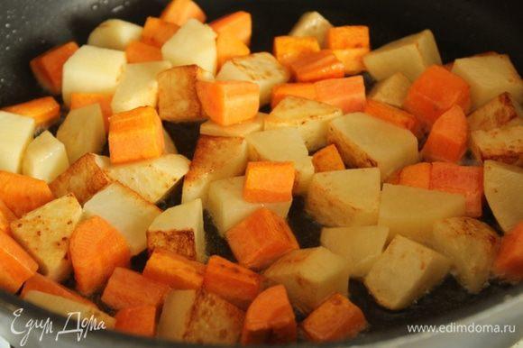 Картофель и морковь обжарить на оливковом масле до золотистой корочки.