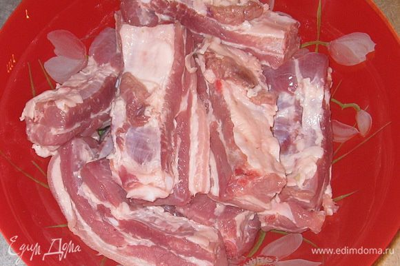Мясо промыть, обсушить. Нарезать порционно (по 1 ребру в кусочке).
