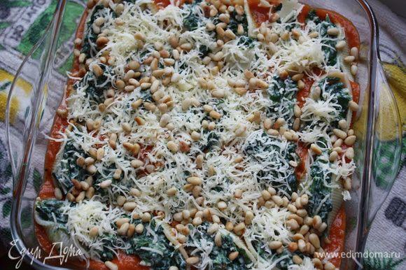 В жаропрочную миску выкладываем наш томатный соус, нафаршированные ракушки, посыпаем тертым сыром и орешками. Ставим в разогретую до 180 градусов духовку на 20-25 минут.