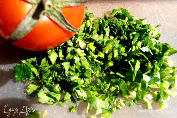 Отправляем формочки в духовку,разогретую до 200*, а в это время нарубим петрушки, например, или другой зеленушки!