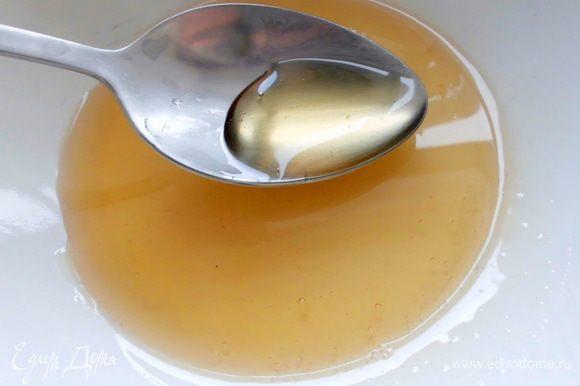 Мёд нагреть (кол-во зависит от того, насколько сладкими Вы хотите булочки, я брала 1 ст. л.) . Когда булочки слегка остынут, смазать их мёдом.
