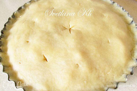 Вторую часть теста тоже раскатайте и накройте пирог. Защипните краешки. Сделайте надрез в центре.Проколите в нескольких местах. Дайте постоять пирогу минут 10. Затем поставьте в духовку для выпекания, примерно на 20-30 минут. Температура средняя.