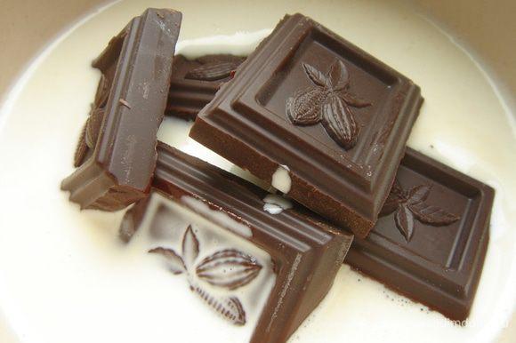 Для ганаша разогреть сливки до кипения и залить ими мелко поломанный шоколад. Размешивать до полного растворения шоколада. Убрать ганаш в холодильник на 2-3 часа.