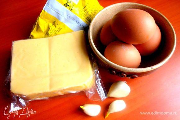 Пока жарится курица, быстренько приготовим салат! Яйца отвариваем...