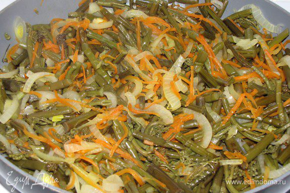 Подготовленные овощи пассеровать на растительном масле минут 7. Попробовать на вкус, если нужно посолить. Приправить перцем, сахаром и соком лимона. Отдельно отварить куринное филе ( у меня филе куринных бедрышек).