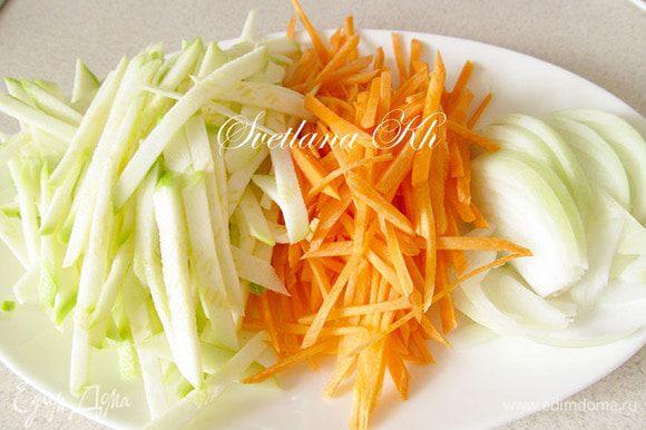 Кабачок, морковь и лук нарежьте соломкой