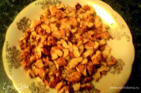 Приготовить грильяж: орехи подробить не очень мелко и поджарить на сухой сковородке. Пересыпать в другую емкость.