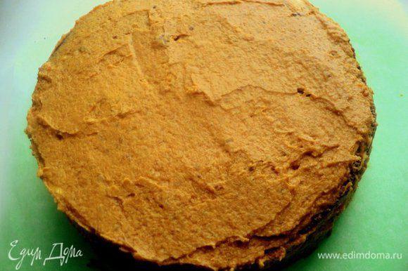 Смазать кремом верх и бока торта.