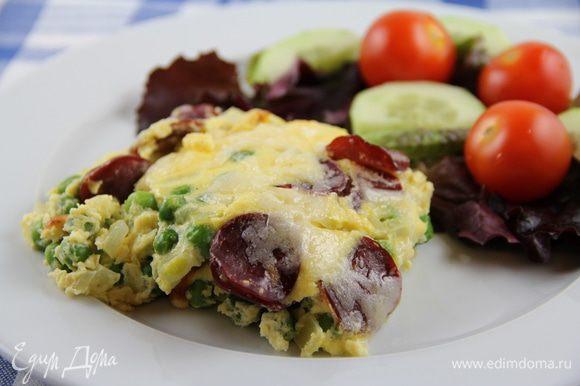 Подаем горячей или теплой. Вкусно с овощным салатом или просто порезанными овощами. Приятного аппетита)