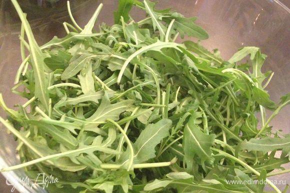 Переложить руколу в блюдо для салата